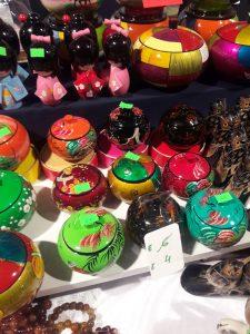 Niet alleen eten en cultuur vind je op de Tong Tong. Ook spulletjes. Veel spulletjes.
