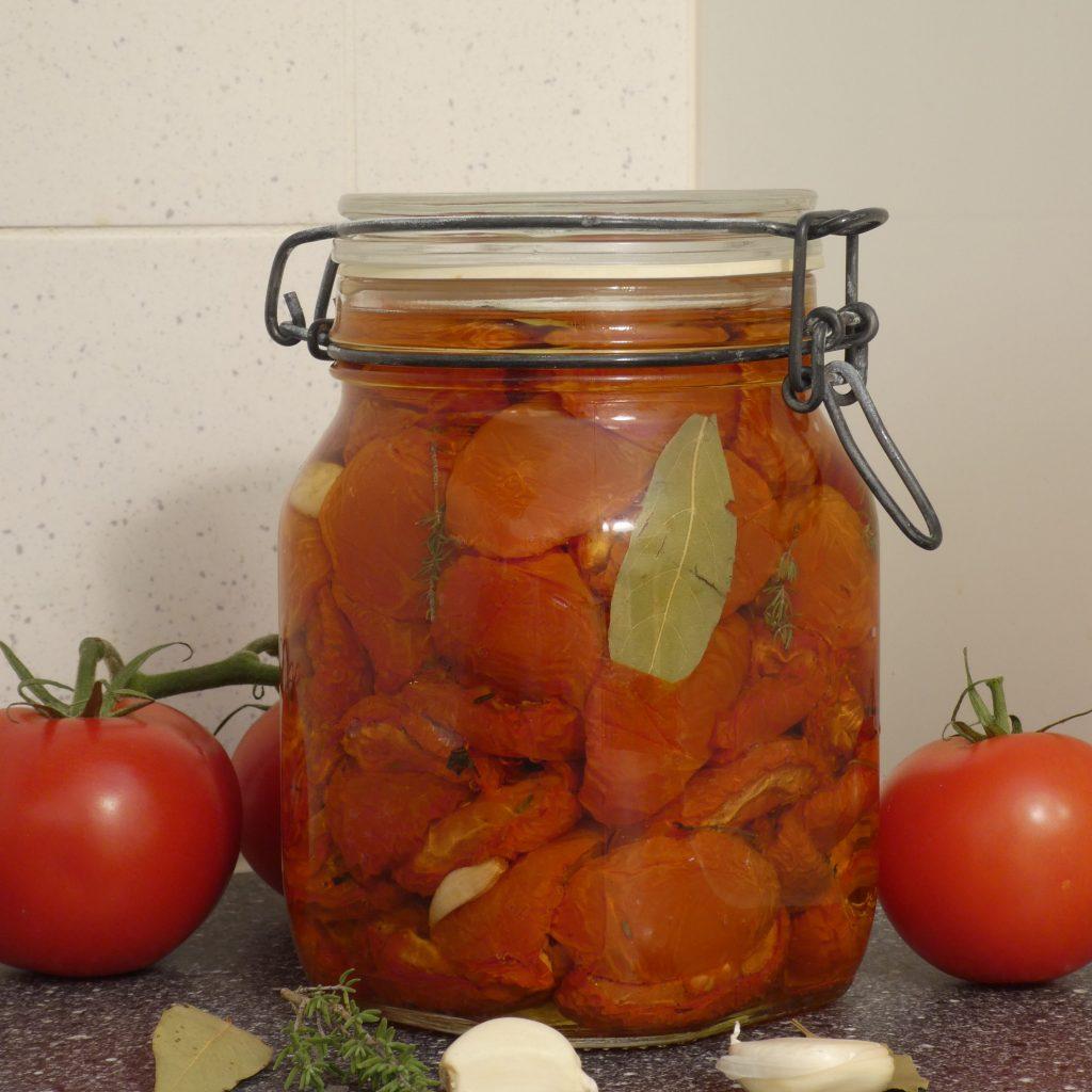 Ovengedroogde tomaten maken van je #hetezomeroogst
