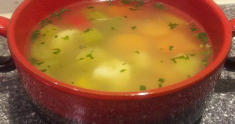 Retro soepkom met groentensoep