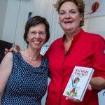 Overhandiging eerste exemplaar Wat maak je me nu?! door Bianca Roemaat aan SVH Meesterkok Angélique Schmeinckboek